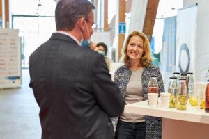 Jenny Müller, lächelnd, im Gespräch auf dem Pitch-Day 2020.